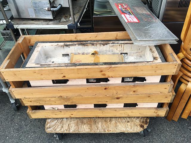 sumiyakidai 三重にて、厨房機器 炭火焼き台と丸椅子を多数買取致しました。