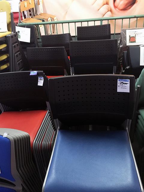 ASL110PV 三重にて、オフィス家具 アイリスチトセ ミーティングチェア ASL110PV青・赤を多数買取いたしました。