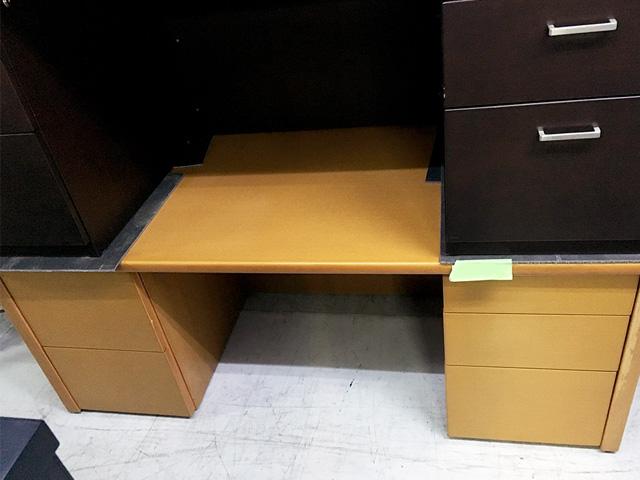 yakuindesk 2 岐阜にて、オフィス家具 役員用デスク、家具をまとめて買取致しました。